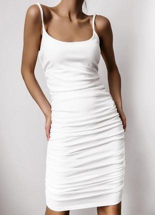 Женское платье по фигуре миди