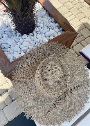 Шляпка с натурального материала, с вогнутым верхом.