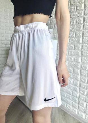 Стильные шорты nike