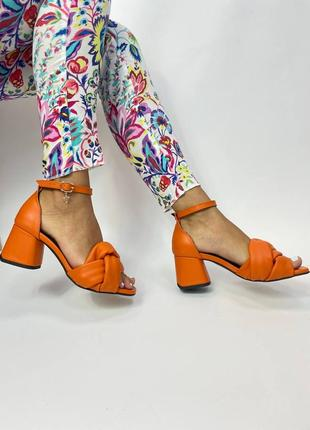 Шкіряні босоніжки яскраві на середньому каблуку плетіння
