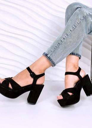 Замшевые босоножки на широком каблуке. наложка