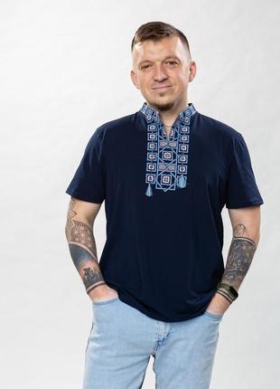 Чоловіча футболка з синьою вишивкою - новинка сезону