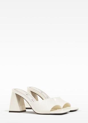 Красивые бежевые сандали на широком каблуке bershka