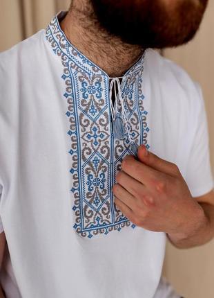 Мужская белая вышиванка с красивой вышивкой