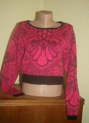 Стильный малиновый укороченный свитер с принтом
