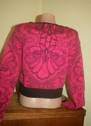 Стильный малиновый укороченный свитер с принтом8 фото