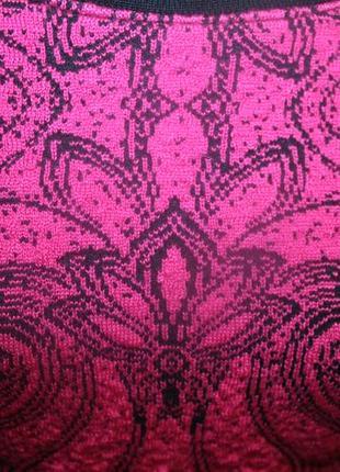 Стильный малиновый укороченный свитер с принтом7 фото