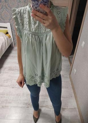 Нежная хлопковая блуза с прошвой мятного цвета с рюшами