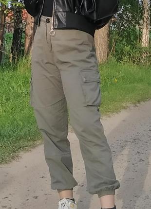 Актуальные брюки слоуч, джогеры, спортивные штаны, с карманами, хаки, высокая посадка, стильные, модные, трендовые