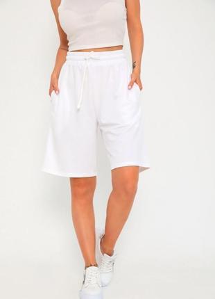 Белые трикотажные шорты бермуды