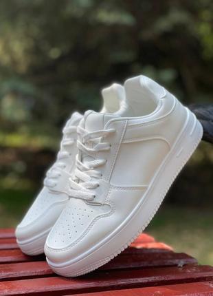 Универсальные белые кроссы