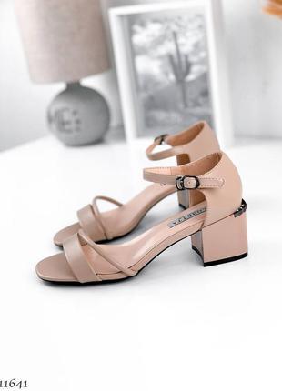 Стильные босоножки на маленьком устойчивом каблуке
