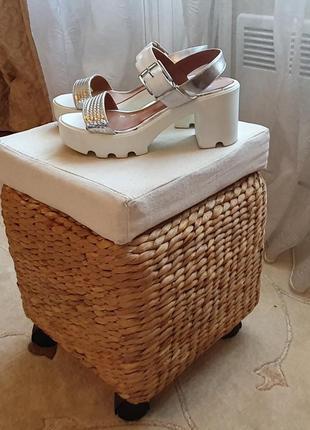 Белые босоножки на платформе  каблуке
