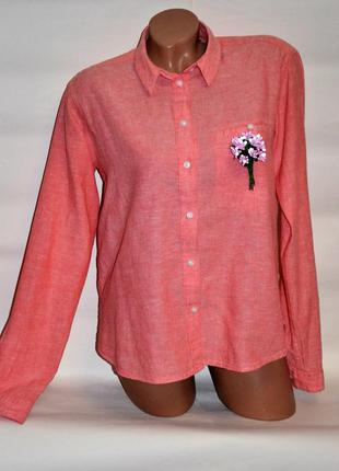 Рубашка красивого персикового цвета.