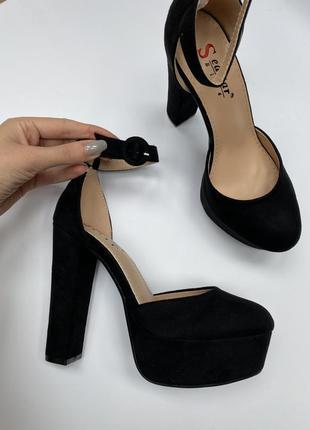 Босоножки на высоком каблуке чёрные с закрытым носком