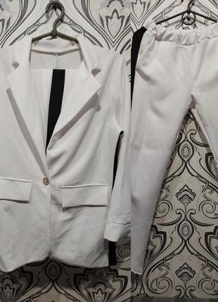 Костюм пиджак свободного кроя и брюки с лампасами