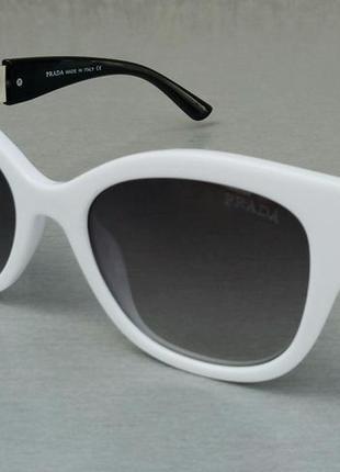 Prada стильные женские солнцезащитные очки белые с черными вставками с градиентом