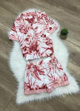 Красивая вискозная пижама шортами в цветочный принт м/46 next