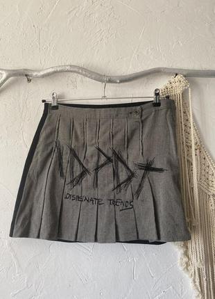 Шикарная мини юбка колокольчик, состоящая из двух материалов: чёрная спинка и твидовый перед с вышивкой спідниця7 фото