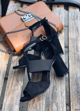 Замшевые босоножки на широком устройством каблуке. наложка