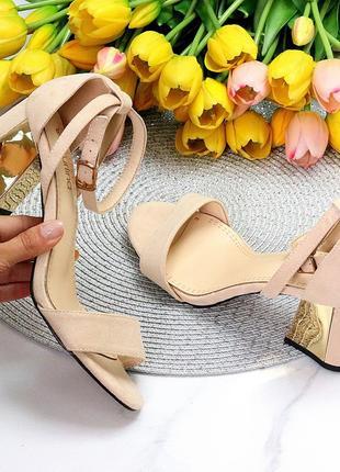Элегантные бежевые женские туфли на шлейке на устойчивом золотистом каблуке