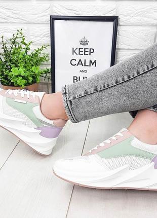 Стильные белые кроссовки с разноцветными вставками