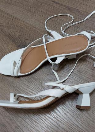 Reserved новые трендовые открытые белые босоножки сандалии на каблучке