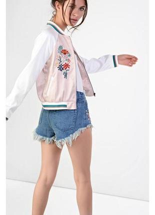 Стильный сатиновый бомбер с вышивкой куртка в пастельных тонах размер л