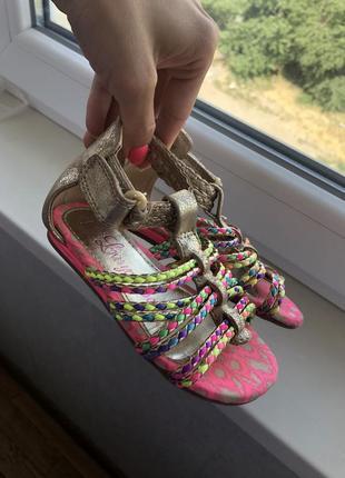 Чркие босоножки сандали на девочку новые фирменные