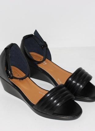 Женские черные босоножки на танкетке
