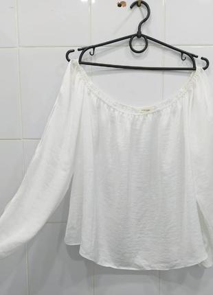 Нежная сатиновая блуза на плечи с вырезами