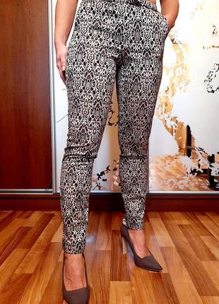Серебристые фактурные зауженные брюки