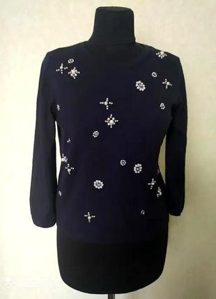 Нежный синий свитер с декором из бусин