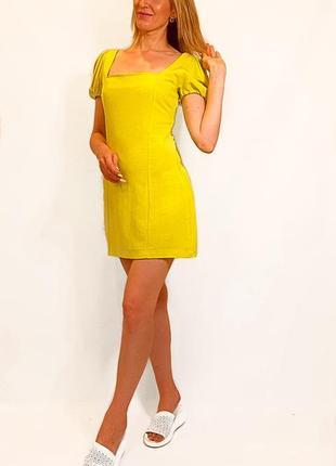 Короткое женское платье с открытой спиной