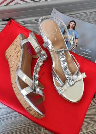 Боссоножки сандалии на платформе летняя женская обувь серебряные в камнях