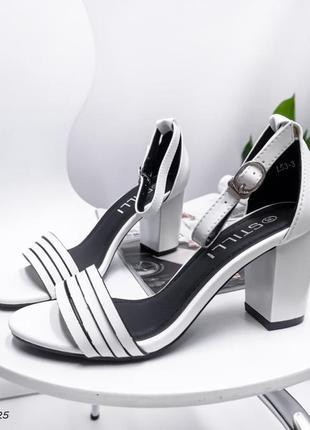 Удобные белые женские босоножки на каблуке