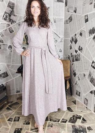 Розовое трикотажное платье с v-образным вырезом