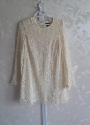 Кружевное платье молочного цвета