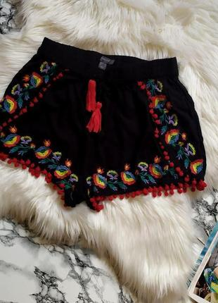 Крутые вискозные  шорты с вышивкой в цветы размер м