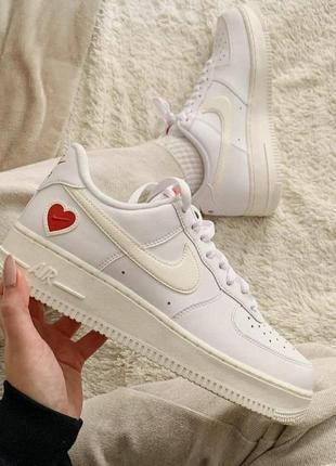 Nike air force valentine's day женские белые кремовые аниме кроссовки с сердечком жіночі білі кремові кросівки найк