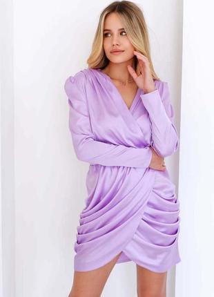 Эффектное шелковое платье с ассиметричной юбкой в лавандовом цвете