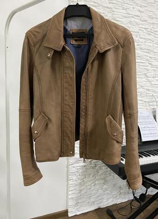 Кожаная коричневая куртка