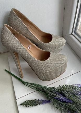 Шикарні блискучі туфлі на каблуку