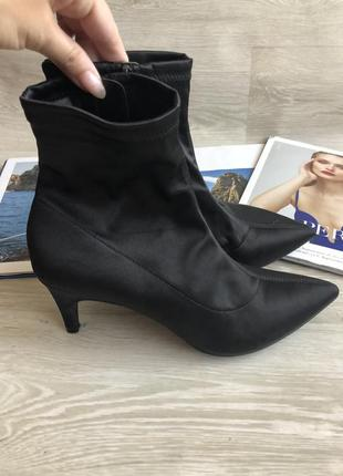 Стильные чёрные ботинки