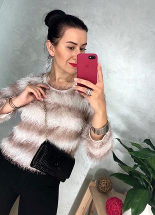Очаровательный пушистый полосатый свитер из трикотажа травка