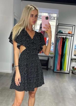 Женское платье с открытой спиной в горошек
