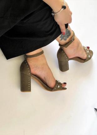Босоножки на каблуке цвета хаки