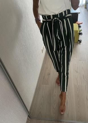 Стильные полосатые брюки чиносы