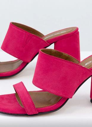 Обалденные замшевые шлепанцы малинового цвета на удобном каблуке