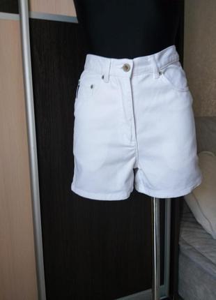 Стильные джинсовые шорты.